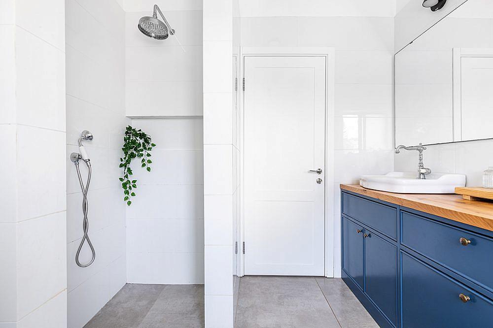 הדגשת הארון הכחול   אדריכלות: רות חובב, עיצוב פנים: שני סלע, צילום: אורית ארנון