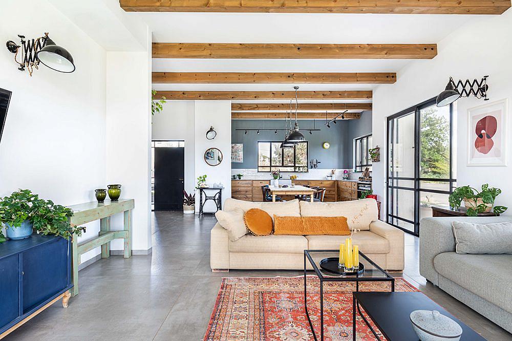 שילוב רהיטים ופריטים מתקופות שונות   אדריכלות: רות חובב, עיצוב פנים: שני סלע, צילום: אורית ארנון