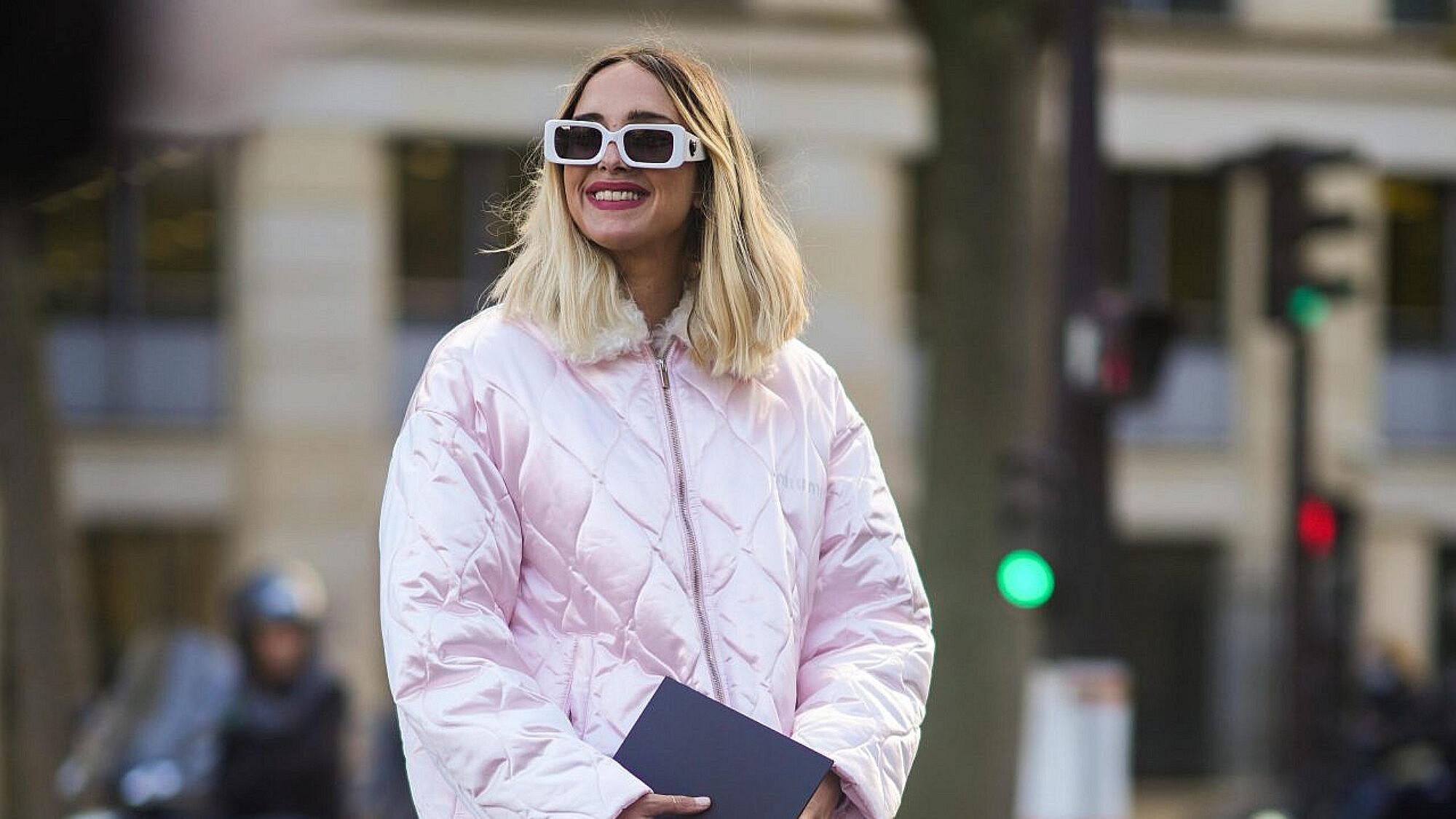 עטופה היטב. האיט-גירל קנדלה נובמברה במעיל של מיו מיו בשבוע האופנה פריז, אוקטובר 2021   צילום: Edward Berthelot/Getty Images