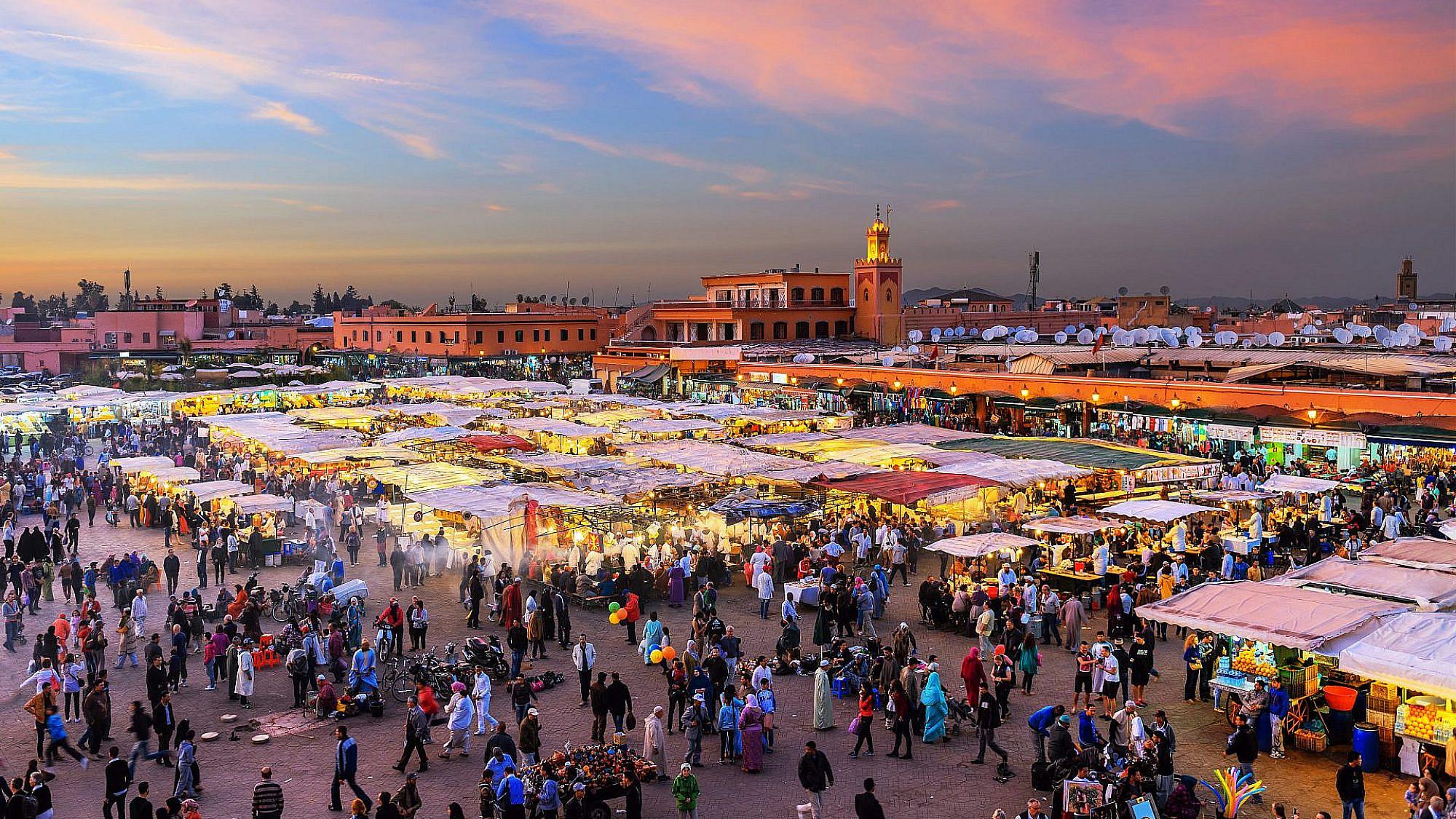 כיכר Djemaa El Fna במרקש, מרוקו. ברקע: מסגד קוטוביה | צילום: gettyimages