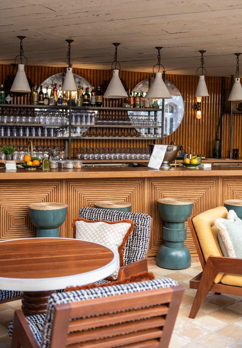שולחנות טראצו וכסאות עץ מרופדים. סוהו האוס ביפו | צילום: דור שרון